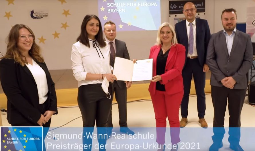 Wir erhalten die Europa-Urkunde 2021 von Melanie Huml